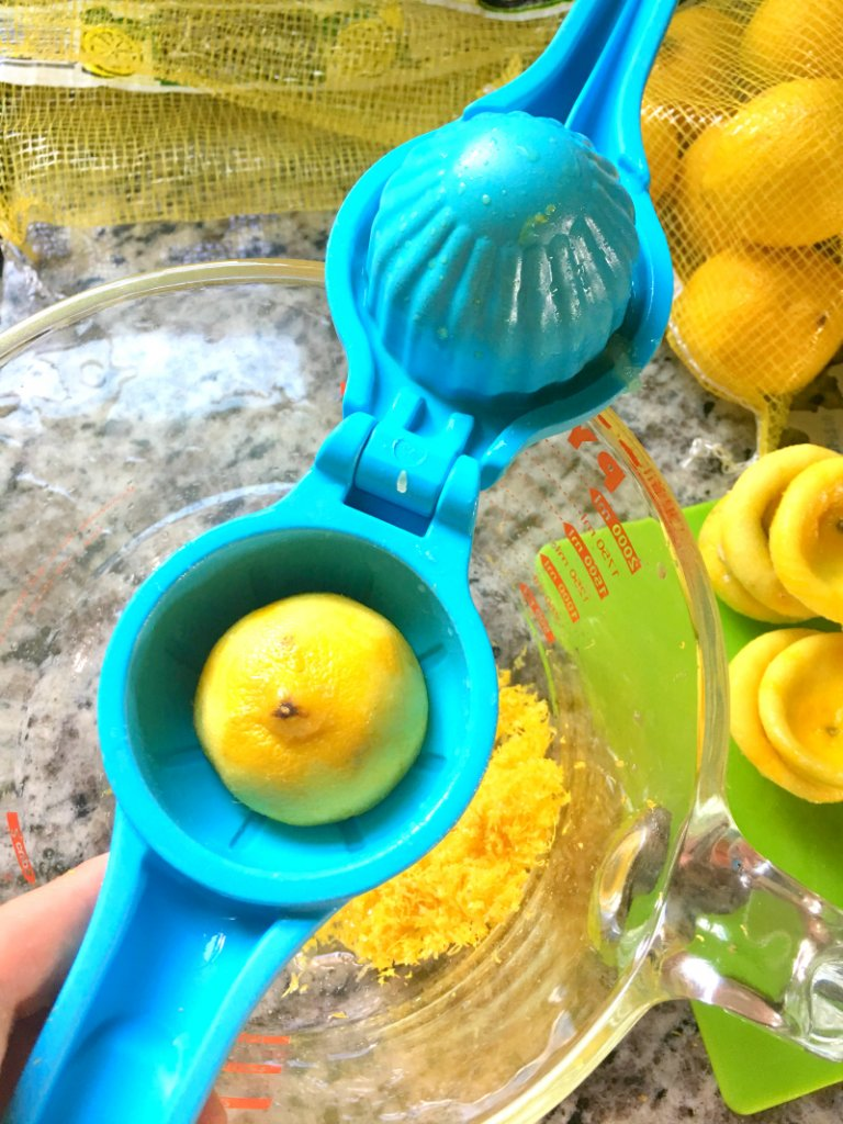 Tupperware citrus juicer in action!